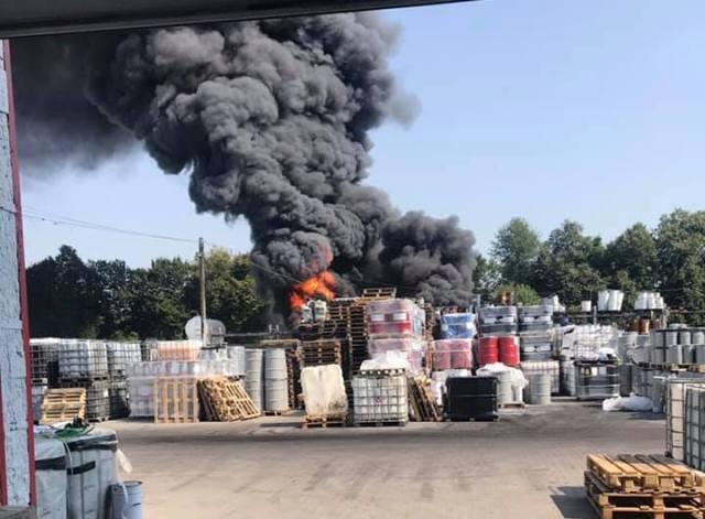 Закрийте вікна і не випускайте дітей: Поблизу Львова виникла масштабна пожежа на хімічному підприємстві