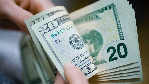 Не поспішайте продавати долар: банкіри поділилася невтішним прогнозом для гривні