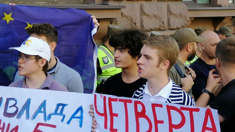 """""""Але я говорю по-російськи"""": Син Порошенка зганьбився на мітингу під ДБР. Остаточно поховав репутацію батька"""