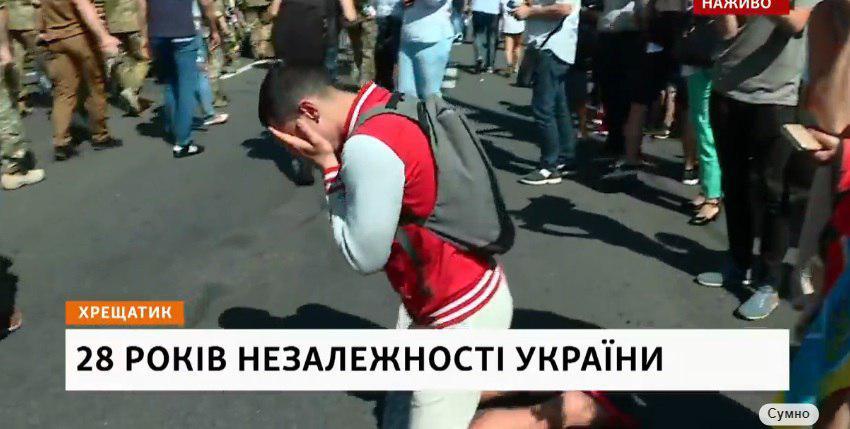 На Майдані Незалежності люди стають на коліна перед учасниками Маршу ветеранів: не стримують сліз