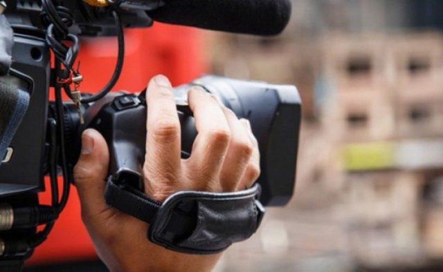 """""""Камеру віддай, у**ок!"""": На Харківщині на журналістів напали під час ефіру. Знімали вирубку лісу"""