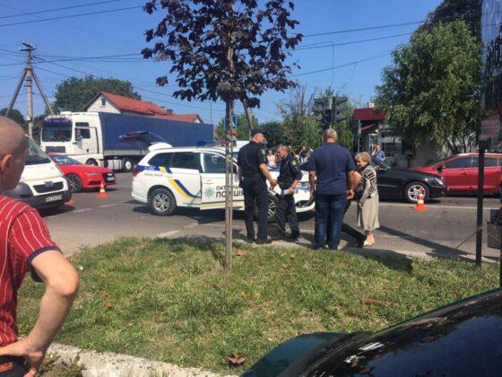 Одних пропустили, інших – збили: Автомобіль патрульних збив жінок на переході у Львові