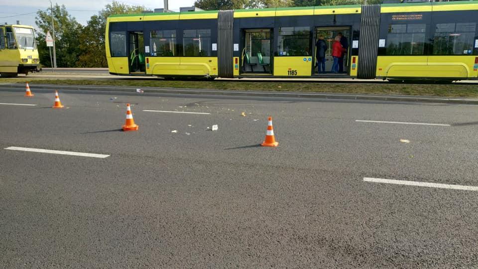 Різко зупинити не вдалося: У Львові трамвай збив чоловіка, який у навушниках йшов по коліях