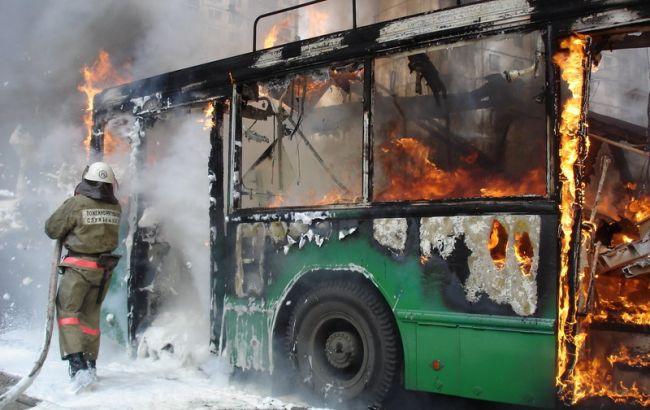 Людей евакуювали через вікна: У Житомирі горів тролейбус з пасажирами всередині