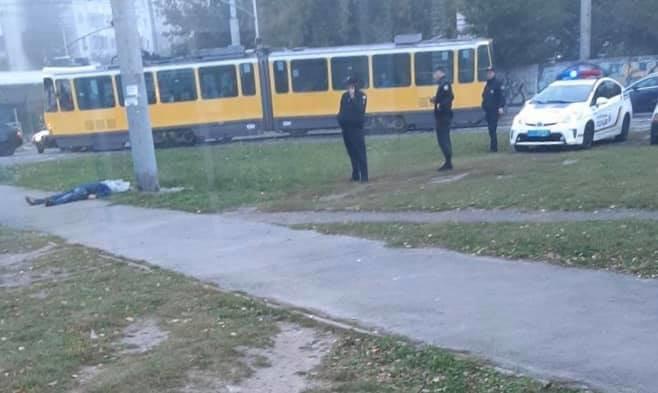 Лежав прямо на тротуарі: у Львові на кінцевій зупинці трамваю знайшли труп молодого чоловіка