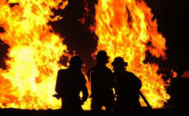 Нікого не вдалося врятувати! Потужна пожежа спалахнула у Києві. Вирізали двері