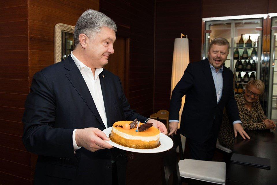 """""""Традиційно на роботі"""": Порошенко святкує 54-річчя на елітному курорті Польщі. З """"рошенівським"""" тортом?"""