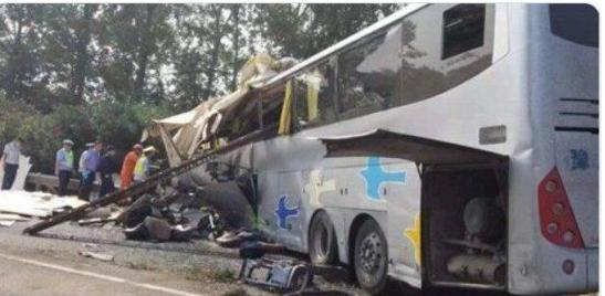 Автобус виїхав на зустрічну смугу і зіткнувся з вантажівкою: Страшна ДТП забрала життя 36 осіб