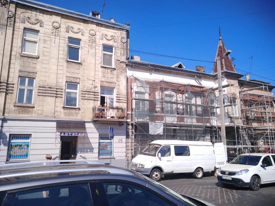 #СадовийвідремонтуйЛьвів: Аварійний фасад будинку біля дитячої бібліотки. Доки не сталося лихо