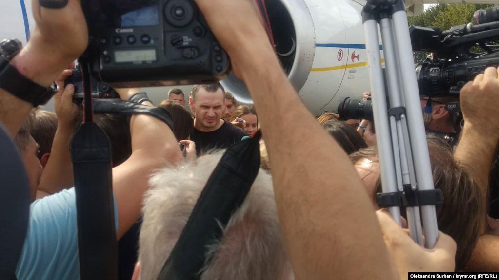«У нас немає іншого вибору. Слава Україні!»: Після прибуття на Україну Олег Сенцов зробив першу заяву