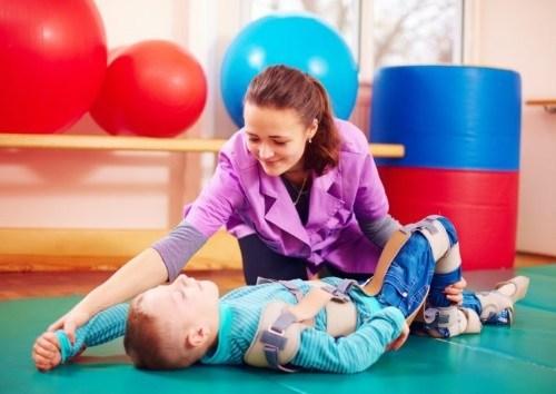 Ніколь закута у власному тілі і не може вільно рухатись як її маленькі друзі, заважає діагноз – ДЦП. Дівчинці 6 років