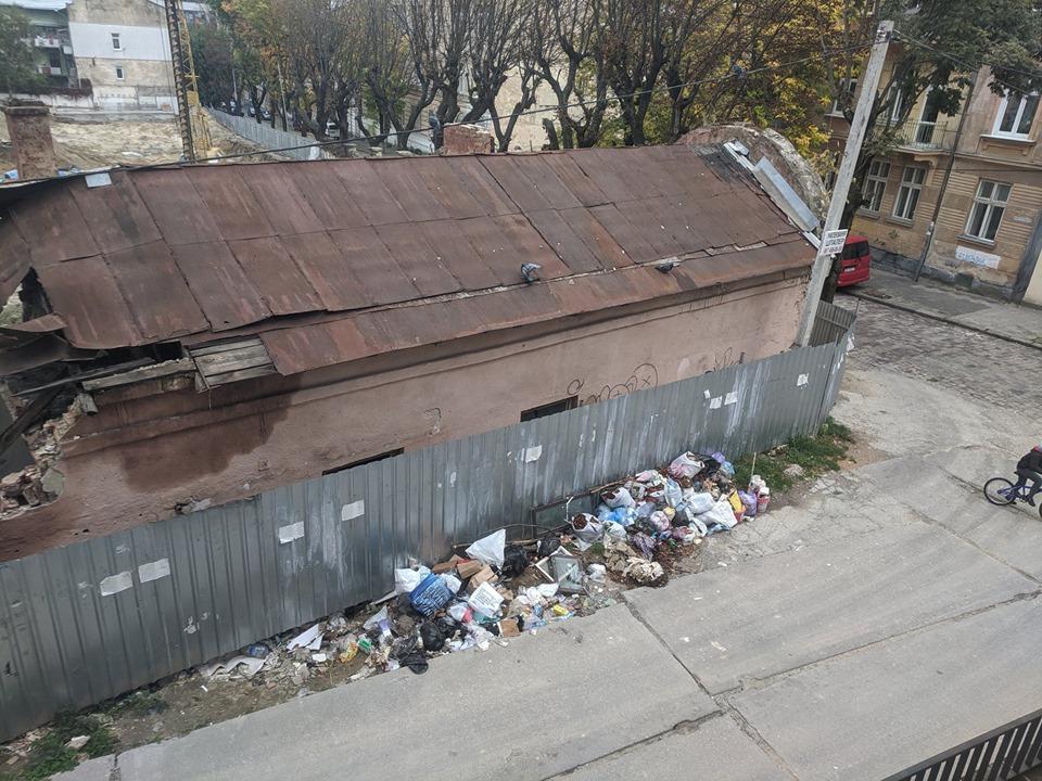 #CадовийвідремонтуйЛьвів: Мешканці скаржаться на купи сміття посеред вулиць Львова