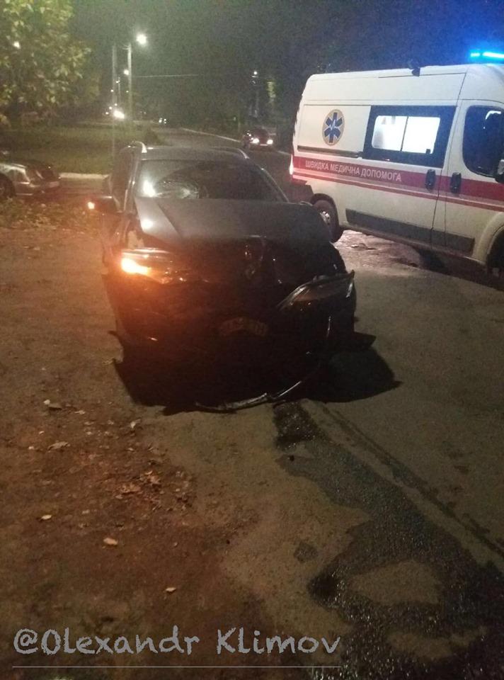"""Не помітив """"білої плями"""": п'яний водій збив карету швидкої допомоги"""