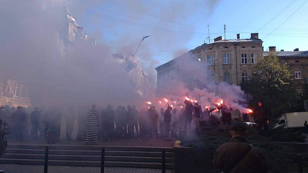 Все в чорному диму: в центрі Львова справжня бійня. Городяни обурені діями протестувальників