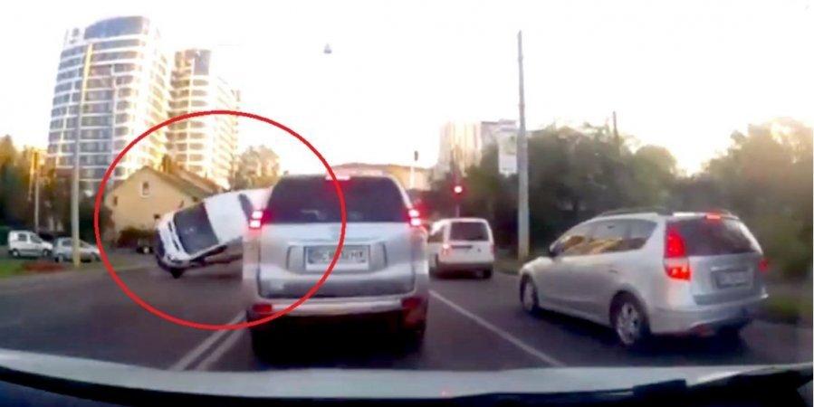 Гнав на червоний: у Львові автомобіль спецназу поліції потрапив у ДТП на перехресті