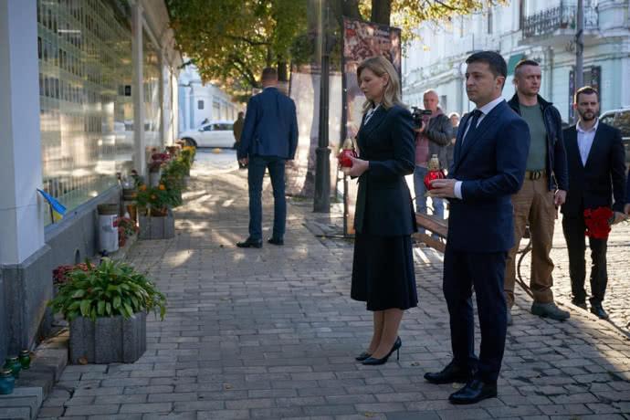 Без пафосу та сотні охоронців: Володимир та Олена Зеленські вшанували пам'ять загиблих за єдність України