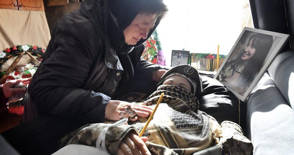 """""""Який біль…"""": У Миргороді поховали 36-річну військову Ярославу Никоненко. Мати почорніла від горя"""