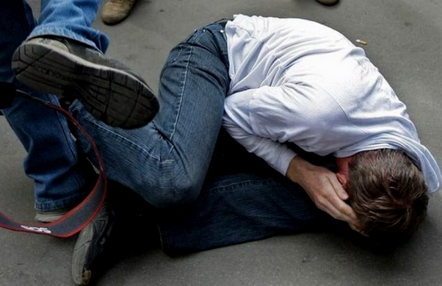 Через словесну сутичку на зупинці: Упродовж кількох годин київські поліцейські по-звірячому катували чоловіка