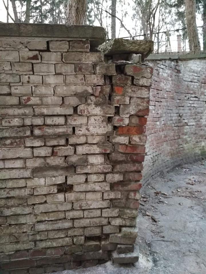 #СадовийвідремонтуйЛьвів : стіна скоро впаде на голову. Чекають жертв?