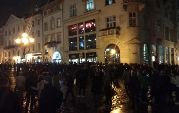 """""""Купа розбитого скла під ногами"""": У центрі Львова знову побилися футбольні фани. Масове побоїще"""