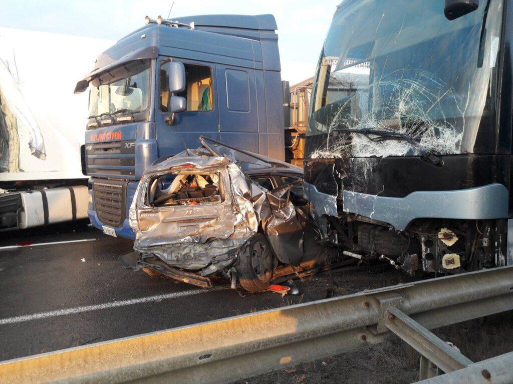 Такої масштабної ДТП не було давно:  з вантажівок, автомобілів і автобуса залишився лиш металолом. В усьому винна…