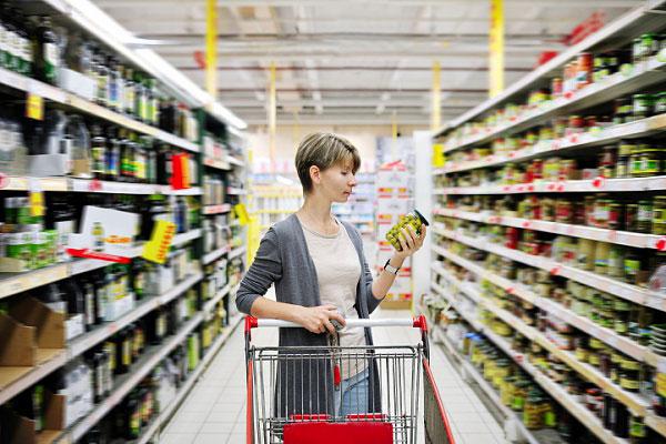 """""""Комплімент"""" від закладу: клієнтку популярного українського супермаркету нагодували тарганами. """"Він теж їсти хоче, але безкоштовно"""""""