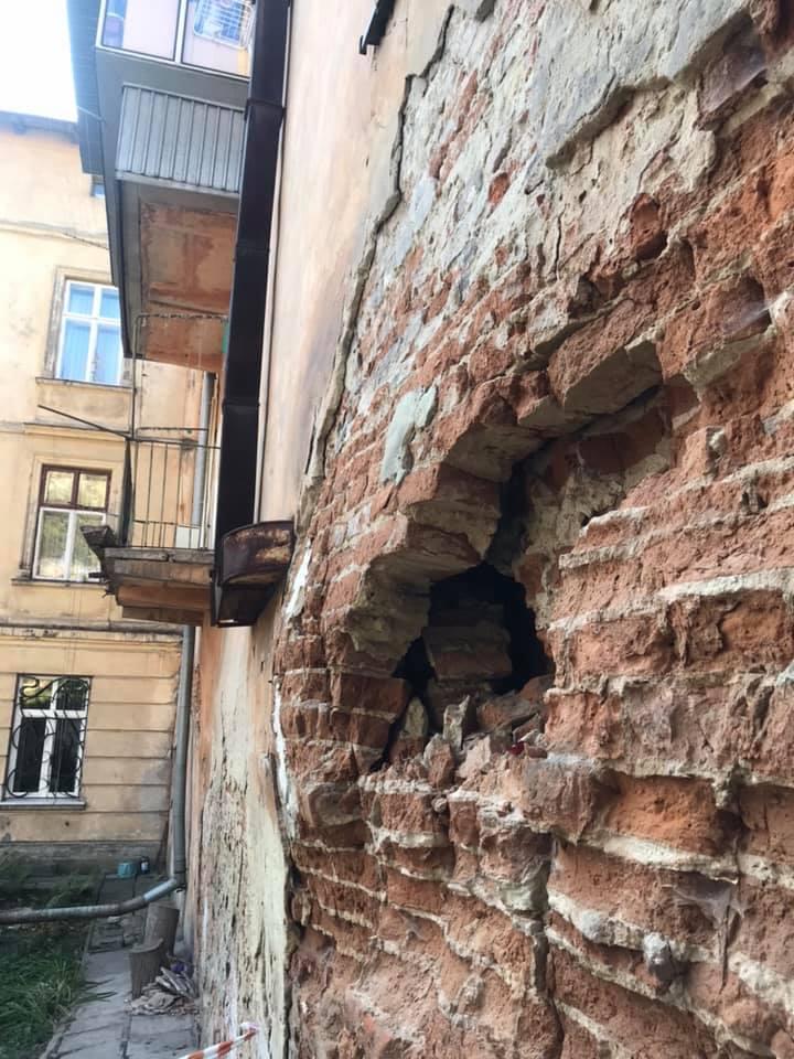 #СадовийвідремонтуйЛьвів : в будинку на Винниченка 26 руйнується стіна. Прийміть міри, інакше трапиться трагедія!