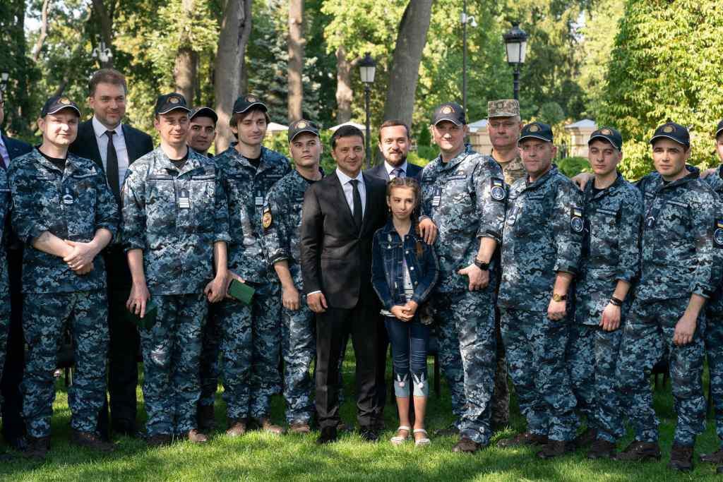 Фантастично красиві молодята. Звільнений з полону моряк одружився. Українці не стримують сліз