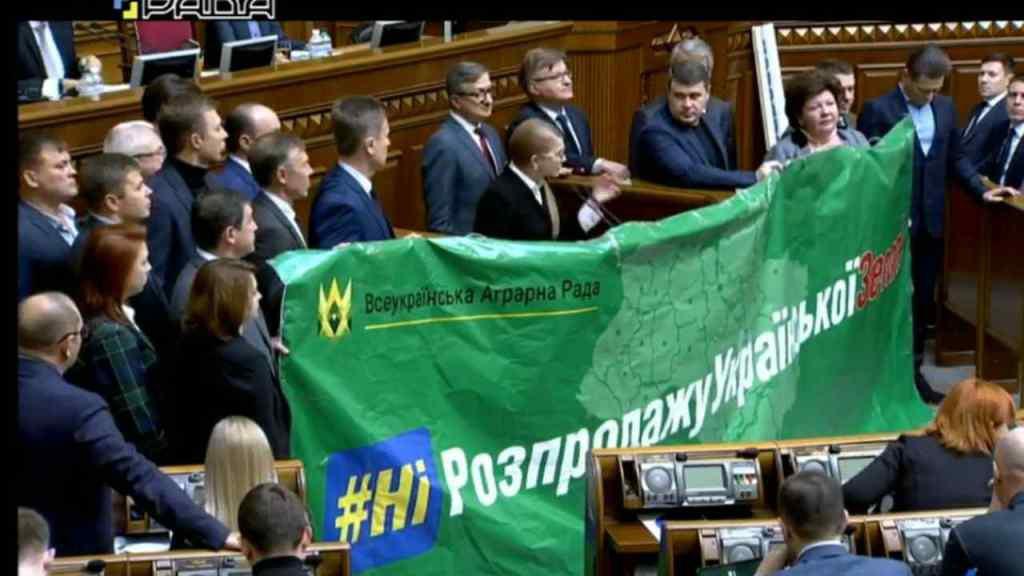 """""""Істеричні перекрикування і метушня"""": Тимошенко з депутатами заблокувала трибуну у Раді. Пішла проти Зеленського?"""