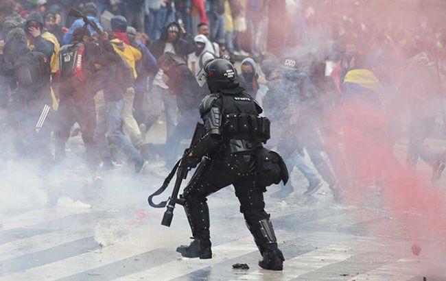 """""""Застосували сльозогінний газ і водомети"""" : Країну накрили масштабні протести. Підпалюють барикади, громлять зупинки"""