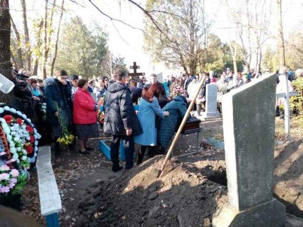 Біля матері чергувала бригада медиків. По-звірячому вбиту Анастасію Єщенко поховали на батьківщині
