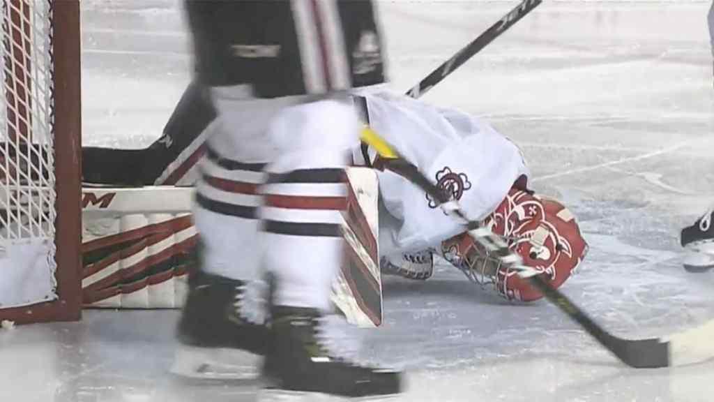 Не могли зупинити кровотечу: під час гри хокеїст лезом ковзана розрізав ногу воротарю. Подробиці інциденту