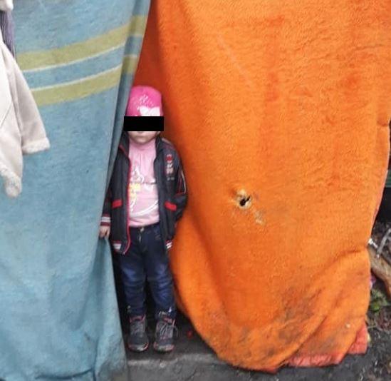"""""""Шатро з ганчірок залізна миска і … """": В Одесі маленька дівчинка жила на вулиці у жахливих умовах"""