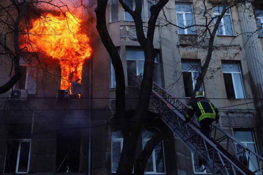 """""""Не виходила на зв'язок ще з 30 листопада"""" : Стало відомо про ще одну зниклу під час пожежі в Одеському коледжі"""