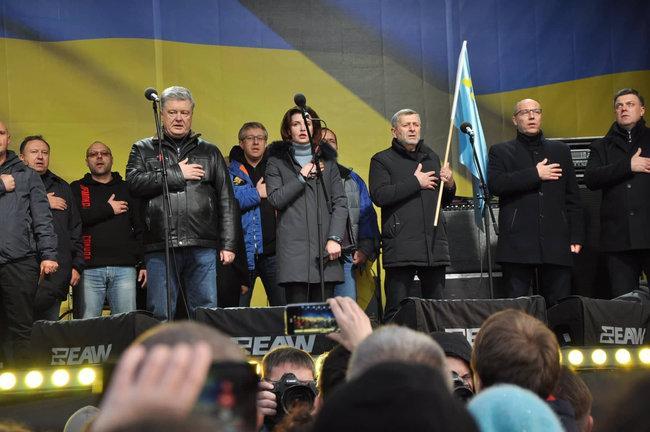 """""""А ну, зловіть його"""": Під час віче на Майдані Порошенка закидали яйцями. Чоловіка затримали"""