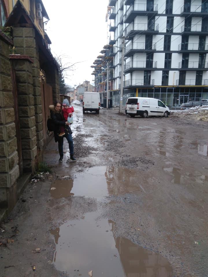 #CадовийвідремонтуйЛьвів: на вул. Ремісничій ні дороги, ні тротуарів. Діти виходять просто на проїжджу частину