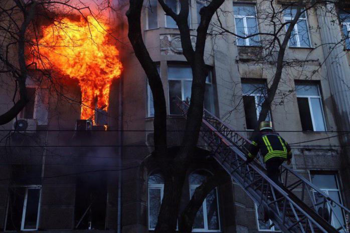 Без смертей не обійшлося: через пожежу в Одесі померла жінка. Кількість жертв росте