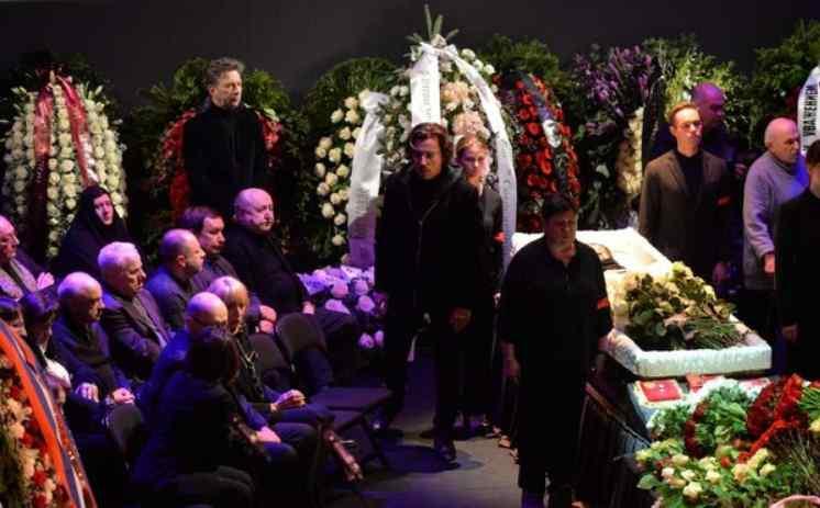 З Пугачовою перед похоронами Волчек сталося нещастя: Примадонна у важкому стані. Діти плачуть без зупинки