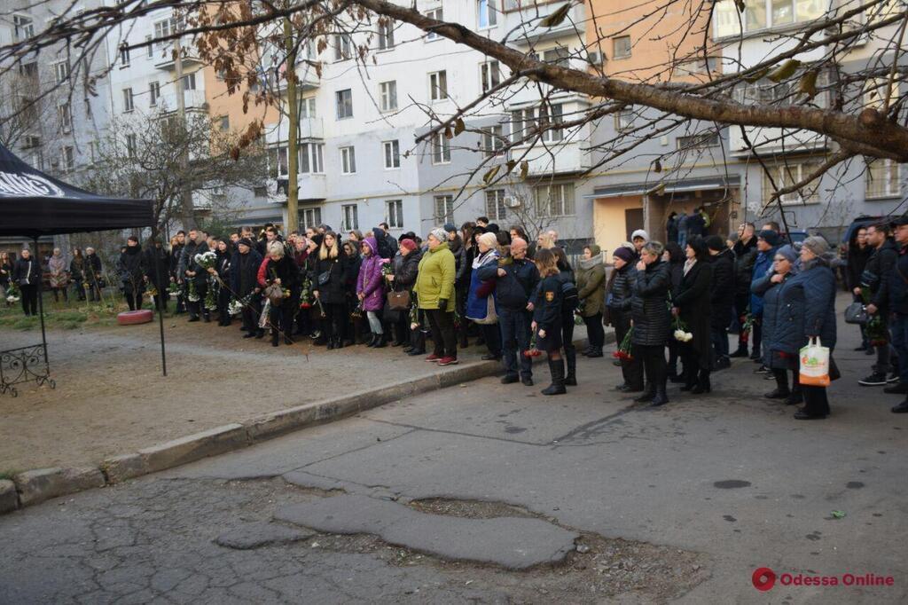 До останнього рятувала дітей: В Одесі попрощалися з викладачкою коледжу. Учні ридали