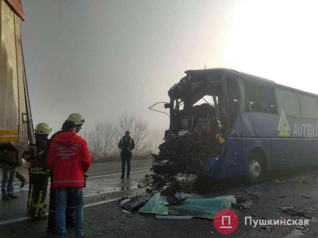 """""""У автобуса від удару знесло кабіну"""": Масштабна аварія під Одесою. Зіткнулось 11 авто. Є жертви"""