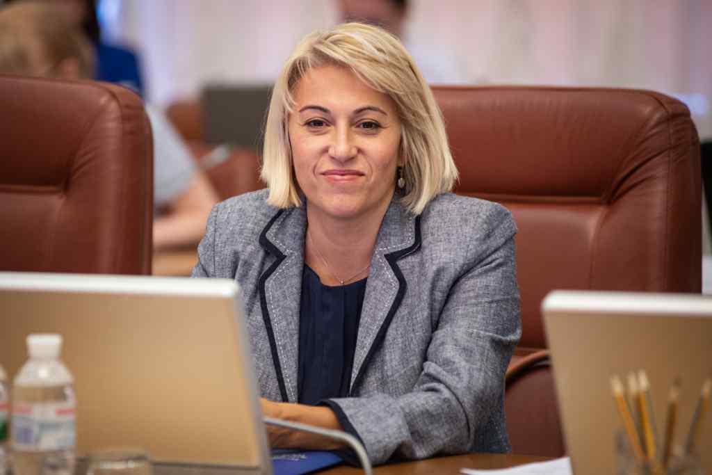 Наступають на п'ятки. Олена Бабак йде з Міністерства. Гордість важливіша