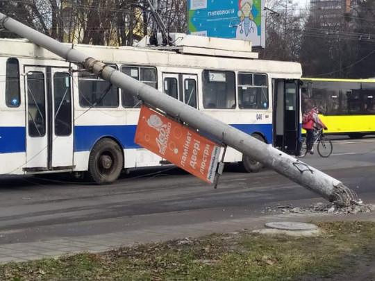 """""""Придавили авто і тролейбус"""": У Львові дві залізобетонні опори впали на дорогу"""