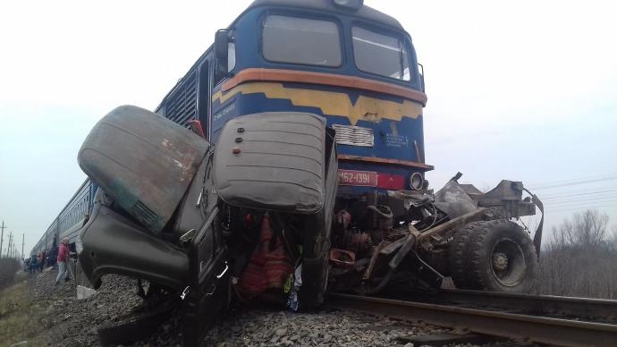"""Фатальна необачність. На Закарпатті поїзд розчавив вантажівку. """"Їм не допомогти"""""""