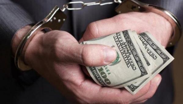Не вистачило до зарплати. На Київщині поліцейський шантажував підприємця. Уже не вперше