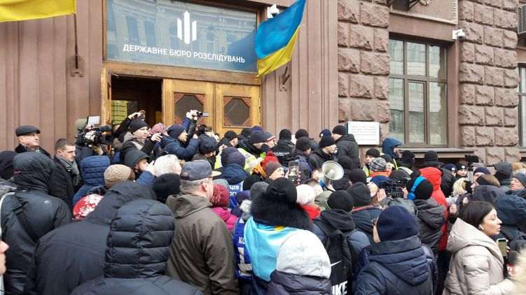 "Державна зрада! Порошенко приїхав у ДБР на допит. Привів ""своїх"""