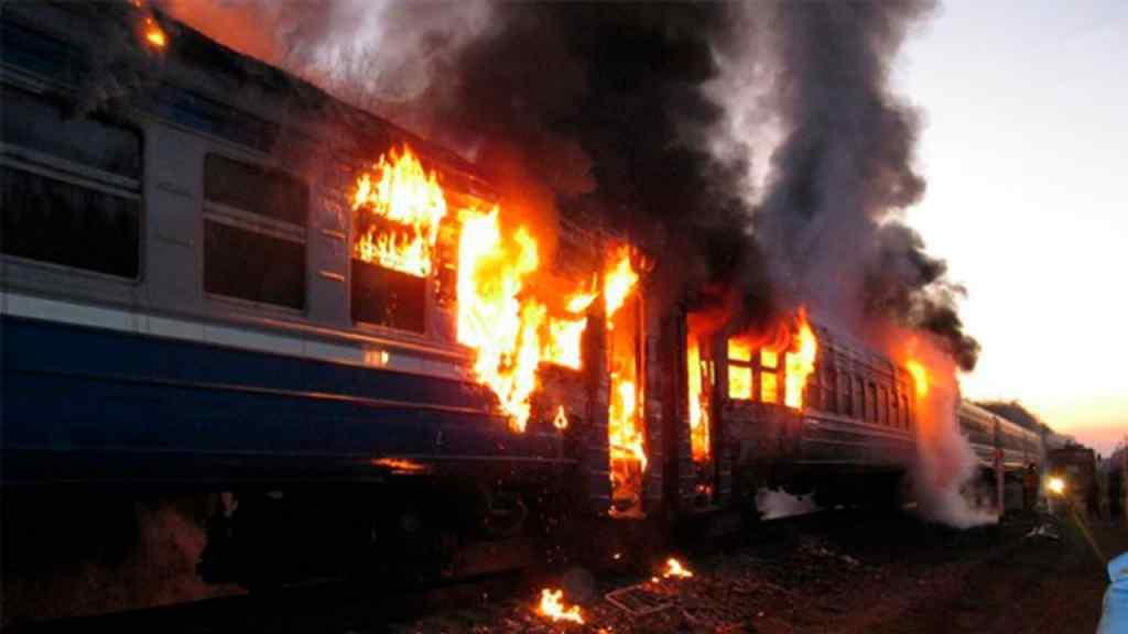 """""""Пекло на колесах"""". Під Києвом під час руху спалахнув переповнений потяг. Рятувались як могли"""