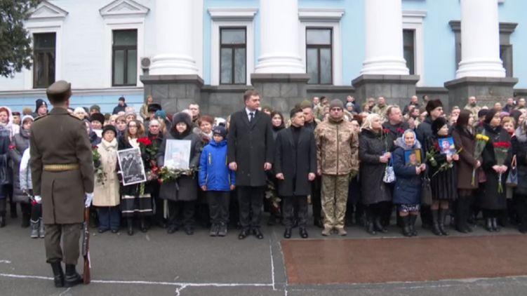 """""""Під звуки дзвону лунають постріли"""": Зеленський і Разумков вшанували пам'ять загиблих героїв"""
