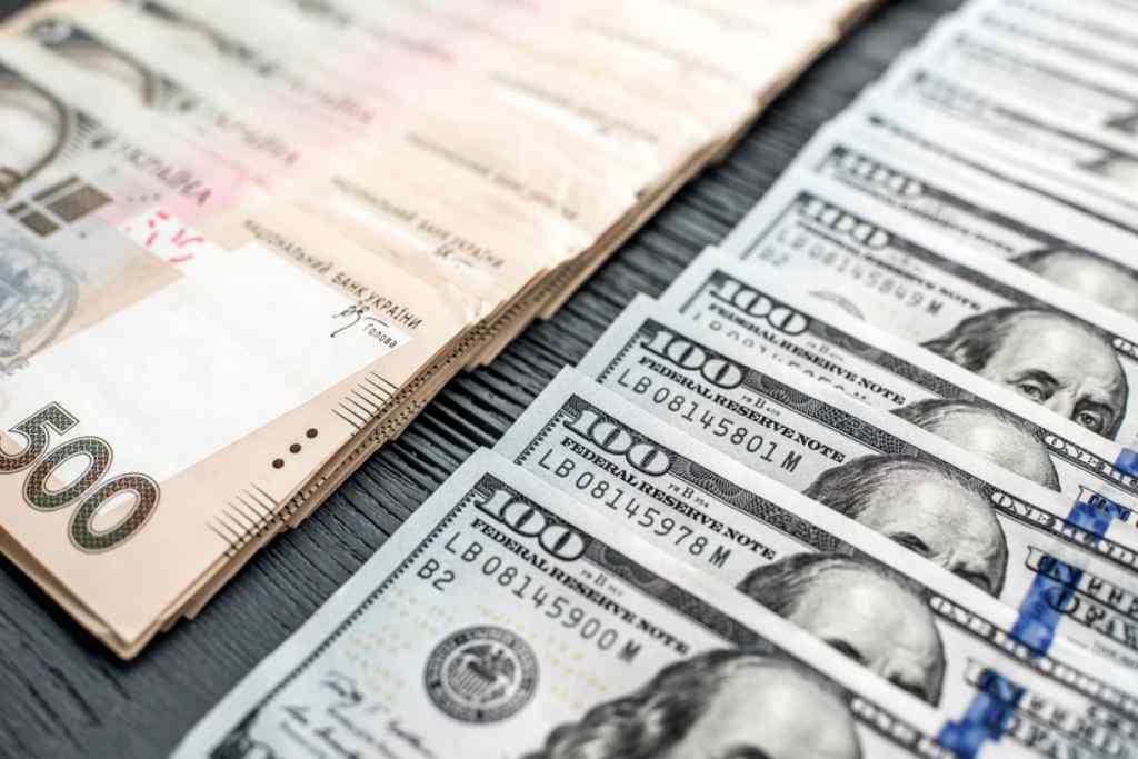 """""""Гривня продовжує """"принижувати"""" долар і євро"""": НБУ оприлюднили свіжий курс валют"""