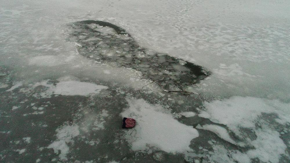 """""""Відчайдушно намагались вибратись."""" На Львівщині четверо рибалок провалились під лід. Не врятували"""