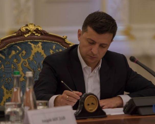 """""""Через скандал з евакуйованими українцями"""": Топ-чиновник втратив посаду. Зеленський підписав"""